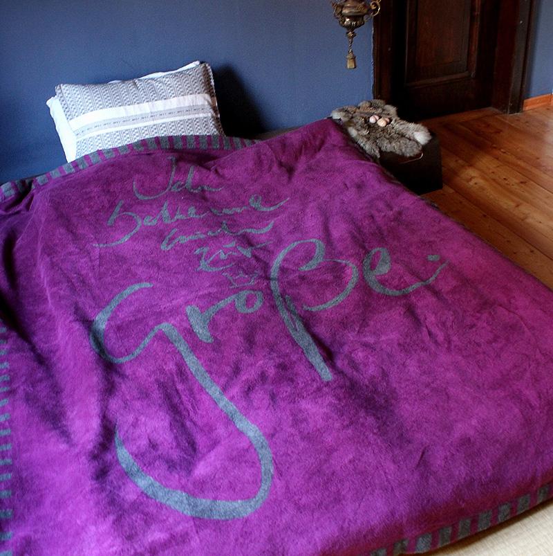 kuscheldecke gr e decken w rmflaschen kissen und mehr wohnen mit signs sign shop. Black Bedroom Furniture Sets. Home Design Ideas